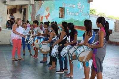 에콰도르 청소년들이 프로젝트어브로드 봉사자에서 음악을 배우고 있다