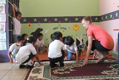 에콰도르 창의예술 프로젝트에서 댄스를 배우는 어린이