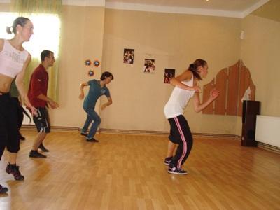 루마니아 공연예술프로젝트에서 춤을 가르치는 봉사자