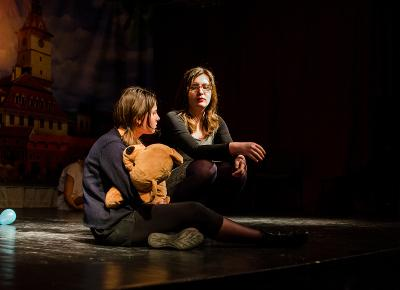 두 명의 루마니아 학생이 무대 공연을 하고 있다
