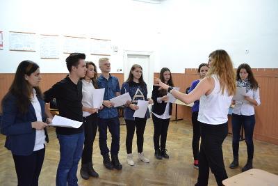 동유럽의 루마니아에서 청소년들이 봉사자에게 연극을 배우고 있다