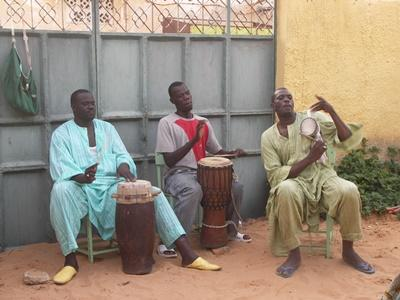 세네갈의 음악 드럼 프로젝트에서 연주하는 현지주민들