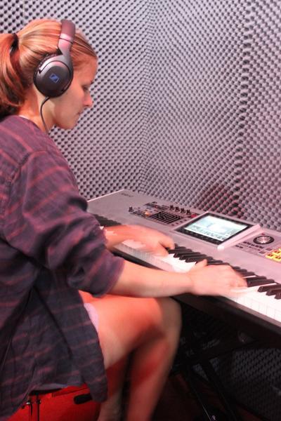케이프타운의 음악 스튜디오에서 레코딩을 하는 봉사자