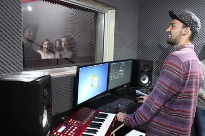 남아공의 뮤직 스튜디오에서 작업에 참가한 봉사자