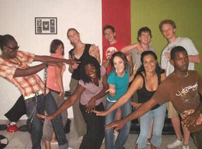 자메이카 공연예술프로젝트에서 봉사자들이 레게 댄스수업을 하고 있다