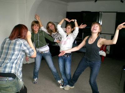 프로젝트어브로드 공연예술 프로젝트에서 댄스를 즐기는 봉사자들