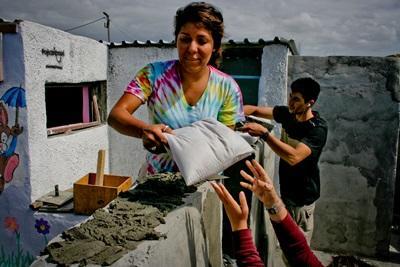 자원봉사자가 남아공 건축 프로젝트에서 일하고 있다