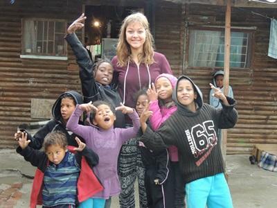 남아공 타운쉽에서 여성 자원봉사자가 아이들을 돌봐주고 있다