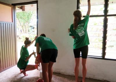 프로젝트어브로드 피지 자원봉사자들이 페인팅을 하고 있다