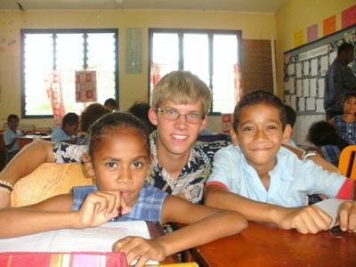 피지 학교의 교육봉사자들과 학생들