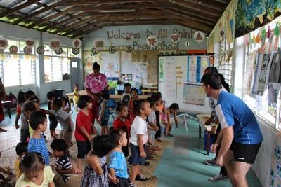 프로젝트어브로드 사모아 봉사자들이 아이들과 게임을 하고 있다