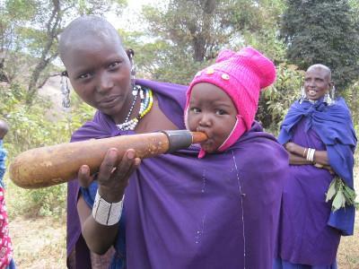 아프리카 탄자니아에서 마사이 부족 여성이 아기를 먹이고 있다