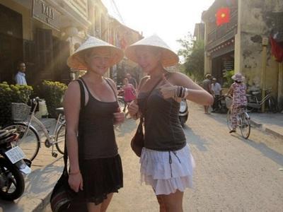 베트남 문화 및 지역사회 프로젝트 봉사자가 전통 모자를 써보고 있다
