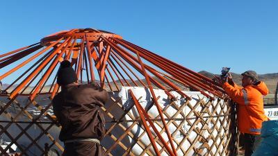 몽골 주민의 게르 짓기 활동을 돕고 있는 자원봉사자