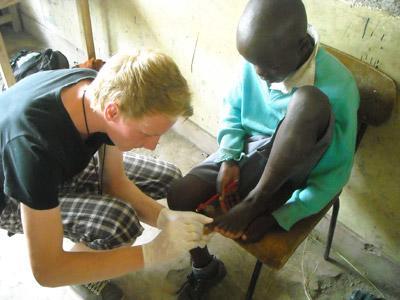 케냐의 아이들에게 건강검진을 하고 있는 의대생들