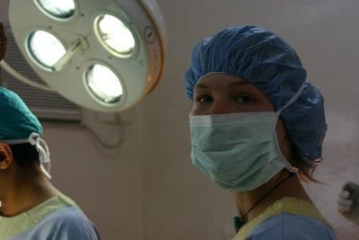 네팔의 병원에서 활동하는 자원봉사 의료 선택 인턴 의대생