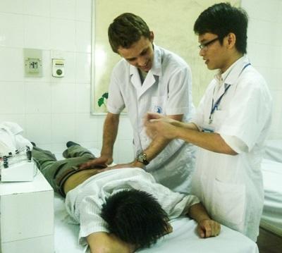 베트남의 병원에서 물리치료 활동을 하는 의대생들