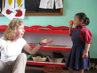 네팔 학교에서 프로젝트어브로드 봉사자가 아이들과 놀고 있다