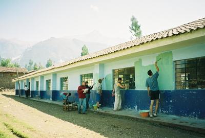 갈라파고스 학교에서 봉사하고 있는 참가자들