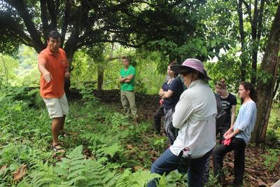 갈라파고스 섬에서 환경보호 활동에 참여하고 있는 참가자들