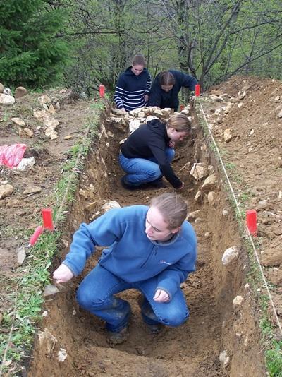 루마니아에서 고대유물발굴활동을 하고 있는 고교생 봉사자들
