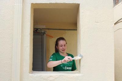 멕시코 건축봉사 프로젝트에서 페인트칠을 하고 있는 고교생 봉사자