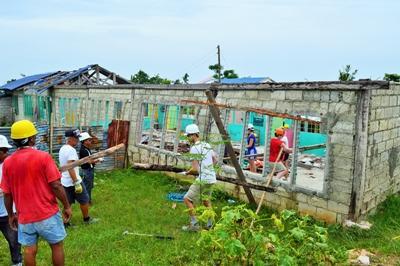 동남아의 필리핀에서 학교재건활동을 하는 봉사자들