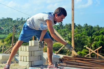 프로젝트어브로드의 필리핀 재해 구조 프로젝트에서 건축봉사활동하는 청소년 봉사자들