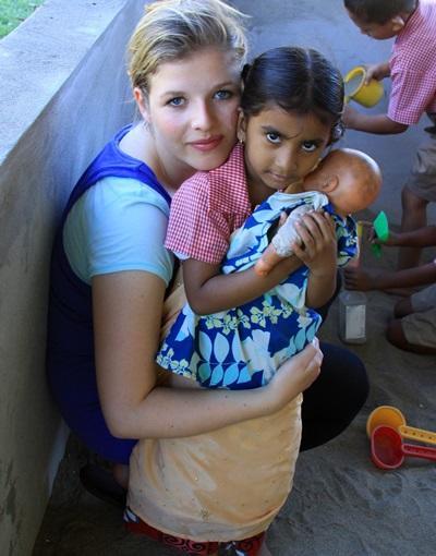 피지의 커뮤니티 빌리지 프로젝트에서 아이들과 놀아주고 있는 자원봉사자들