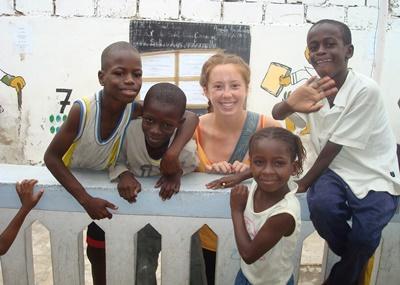 세네갈의 사회복지 및 지역사회 프로젝트 봉사자가 아이들과 놀아주고 있다