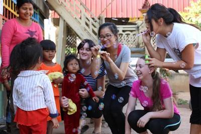 캄보디아의 사회복지 및 지역사회 봉사활동에 참가한 고교생들이 아이들을 돌봐주고 있다