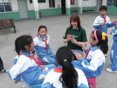 중국의 사회복지 및 지역사회 봉사활동 프로젝트에 참가한 고교생들이 아이들과 놀아주고 있다