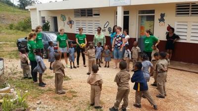 자메이카 어린이들이 자원봉사자들과 함께 체육을 하고 있다