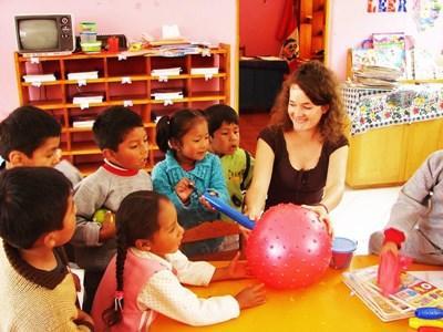페루에서 고교생 봉사자가 아이들과 공놀이를 하고 있다