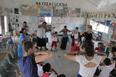 사모아에서 아이들의 교육을 돕고 있는 고교생 참가자들