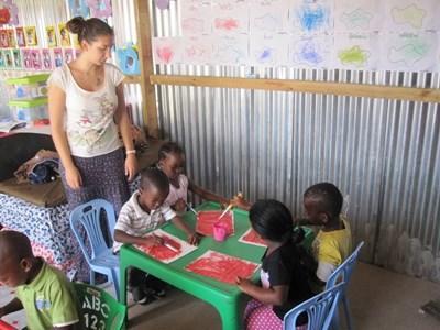 남아공에서 사회복지 자원봉사자가 아이들과 예술 및 수공예 활동을 하고 있다
