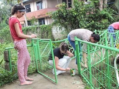 스리랑카에서 사회복지 및 지역사회 프로젝트에 참가한 학생들이 건물 보수활동을 하고 있다