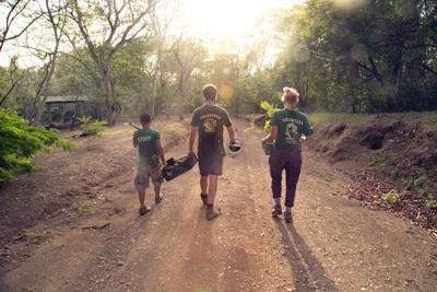 코스타리카에서 프로젝트어브로드 직원과 봉사자들이 나무심기를 하고 있다