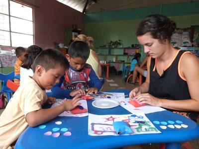 에콰도르 케어센터에서 자원봉사자와 아이들이 함께 창의성 교육에 참가하고 있다