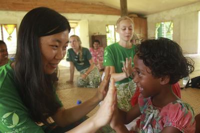 프로젝트어브로드 피지 케어 봉사자가 현지 어린이와 게임을 하고 있다