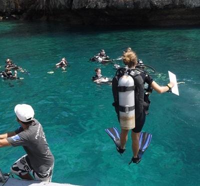 프로젝트어브로드 해양환경보호 봉사자들이 태국에서 물고기 조사를 위해 다이빙을 하고 있다