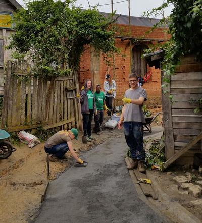 프로젝트어브로드 마다가스카르 자원봉사자들이 진흙투성이 통학로를 안전하고 깨끗하게 바꿔주고 있다