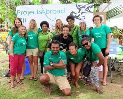 남태평양의 피지에서 사진찍고 있는 봉사자들과 현지 직원
