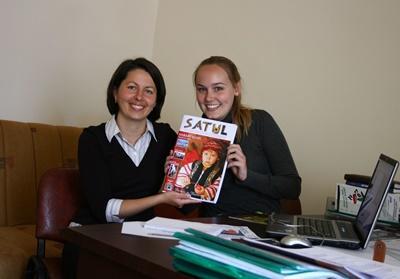 루마니아 고교생 저널리즘 프로젝트에 참가한 학생이 잡지를 들고 있다