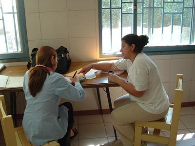 아르헨티나 인권 프로젝트에 참가하여 지역주민들과 인터뷰하고 있는 고교생 봉사자들
