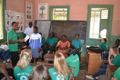 가나 아크라의 학교에서 인권에 대해 교육하는 모습