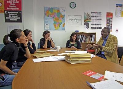 남아공 법률 및 인권 프로젝트에 참가한 고교생 봉사자들이 직원들과 회의를 하는 모습