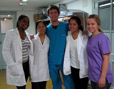 아르헨티나의 의료 및 헬스케어 프로젝트 청소년 참가자들이 병원에서 봉사활동하고 이다