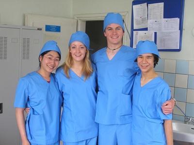 몽골의 의료 인턴쉽 참가자들이 의료 가운을 입고 있다