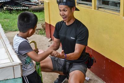 필리핀에서 환자들과 일하는 물리치료 의료 프로젝트 참가 고교생들